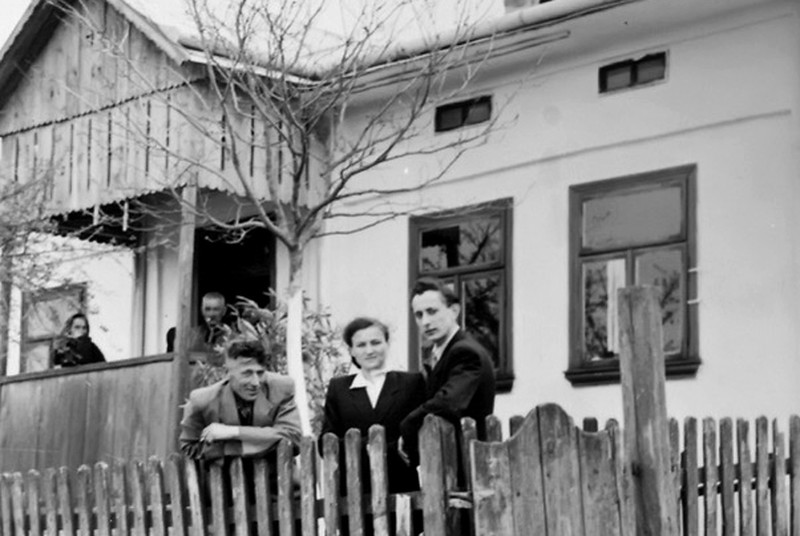 Торське. Юстина з чоловіком і шваґент Олійничук коло хати Івана Стасюка