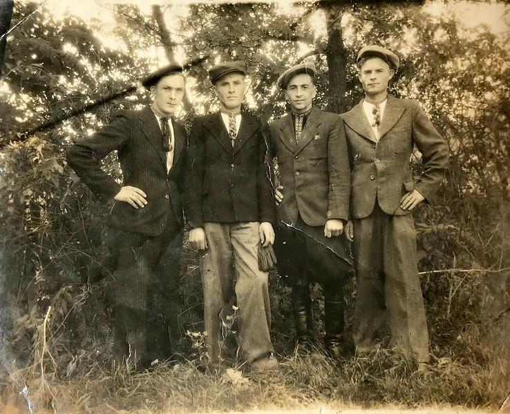 Торське-Пруса. (приблизно 1940-ві роки) : Володимир Баб'як, Козій, Михайло Склярчук, н/о,