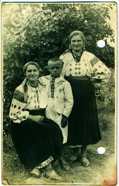 1942. Торське.  Емілія Стасюк з сином Адамом і подругою Петрунелею.