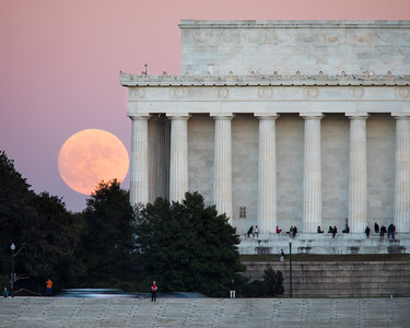 November 2016 Supermoon rises above the Lincoln Memorial