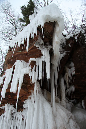 Sedimentary sandstone overhang displaying its icicle sculptures.