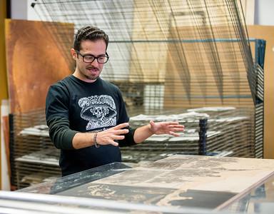 Pulso Artist Eric J García Critiquing a printmaking student work.