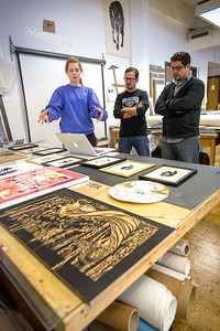 Pulso Artist Eric J García (middle) and José Luis Gutiérrez  (right) Critiquing printmaking student work.