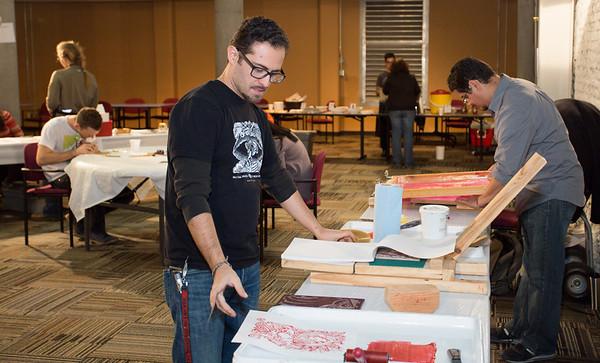 Pulso Artist Eric J García of Gráfico de Chicago creating a print.