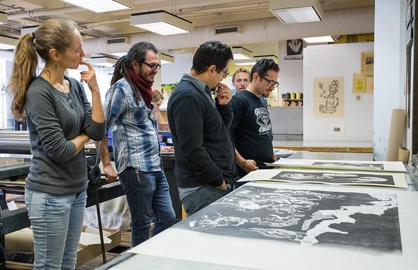 Pulso Artist Eric J García Critiquing a printmaking student's work.