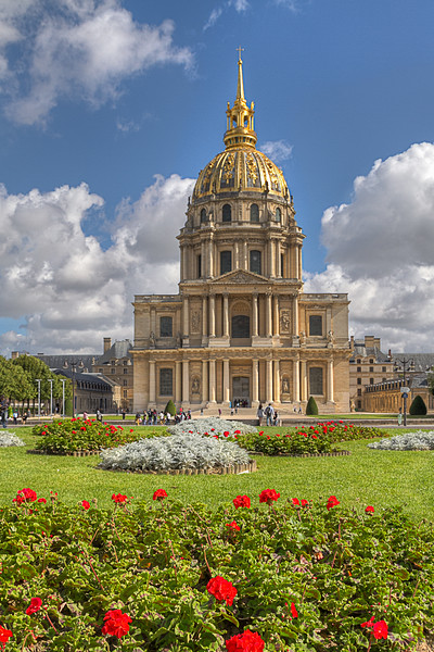 Les Invalides<br /> The National Residence of the Invalids is contains museums and monuments, the military museum of the Army of France, as well as the burial site for Napoleon Bonaparte.