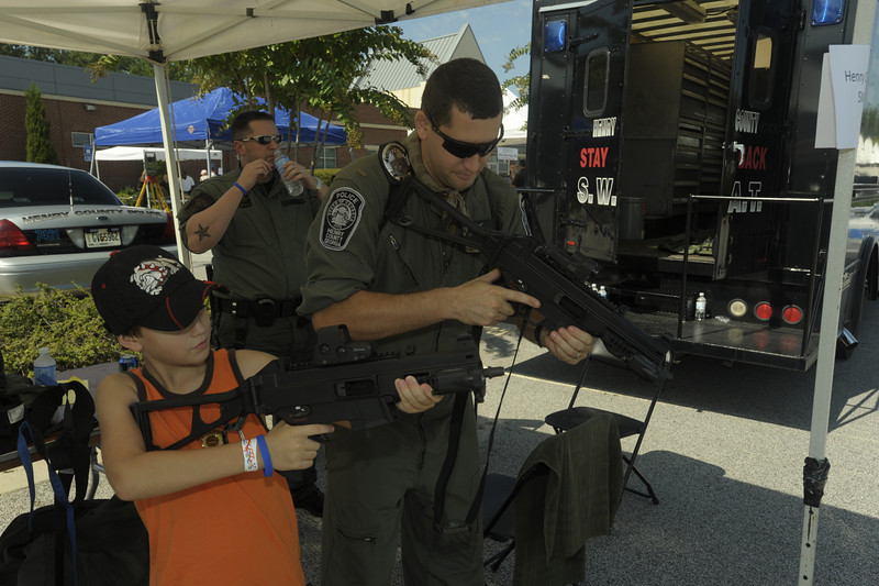 Lt Rosen with Henry Co SWAT talks with Gavin Jump about the proper stance to use with automatic weapons
