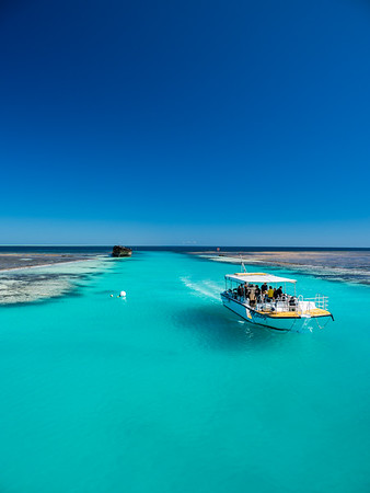 Dive boat returning to the Heron Island jetty