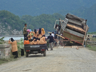 Accident on a temporal bridge after the 2004 tsunami
