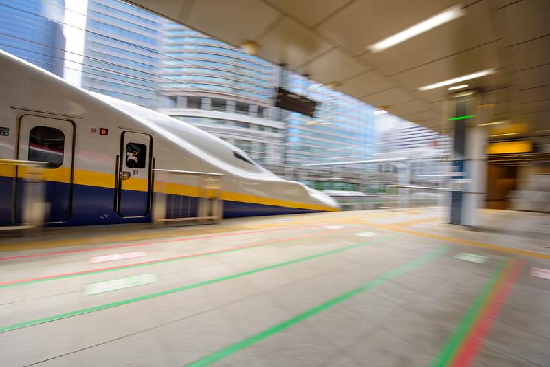 Shinkansen Max leaving Tokyo