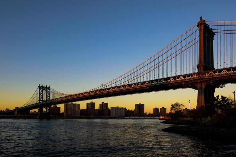 Manhattan bridge au coucher du soleil.