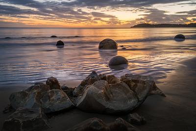 Koekohe Beach, South Island, New Zealand: Moeraki Boulders at Koekohe Beach at sunrise. One of the round boulders has broken open.