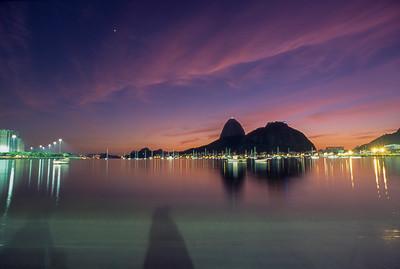 Autorretrato na praia de Botafogo. Ao fundo Pão de Açúcar, Rio de Janeiro, 2003, Brasil.