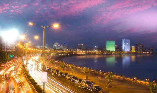 Mumbai's sunday evening rush at Marine Drive - Queen's necklace