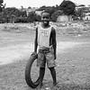 Niño con neumático