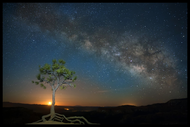 Milky Way over the rim of Bryce Canyon