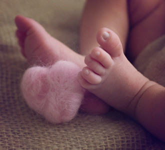 baby toes photographed by newborn photographer highbury