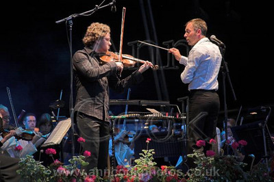 Charles Hazelwood conducts the Royal Philarmonic Orchestra and violinist Alexander Sitcovetsky