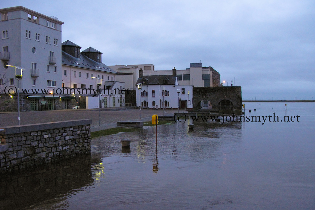 Flooding in Spanish Arch, Galway on the morning of March 10 2008 (picture taken around 6.50 am).
