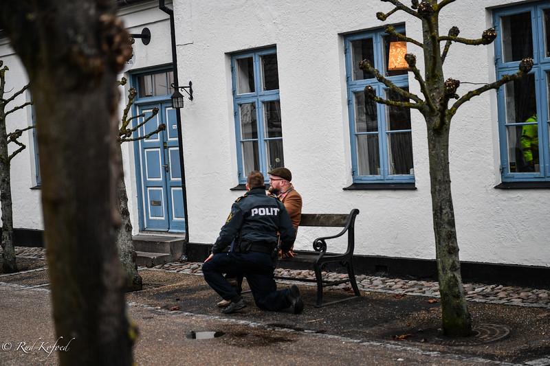 KL. 15:46 Den chokerede lejer fortrækker fra brandstedet og får en snak med politiet