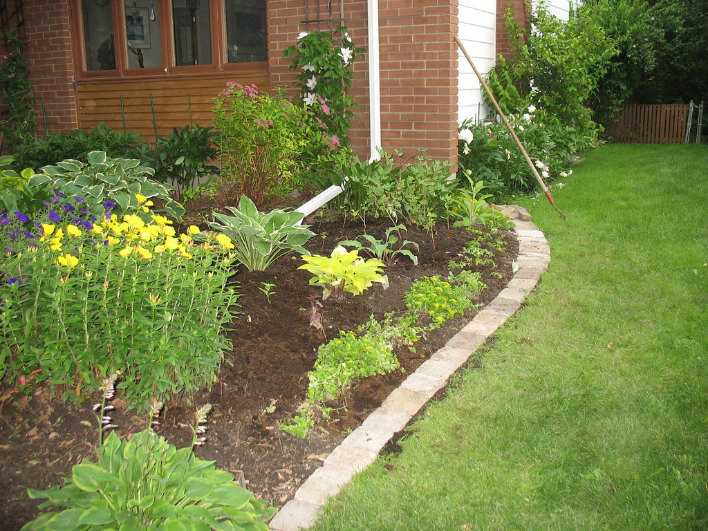 We also re-edged the older front garden. It hadn't been touched in decades and was full of clay.