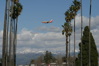 Southwest coasting to land at SJO past the snow-covered hills