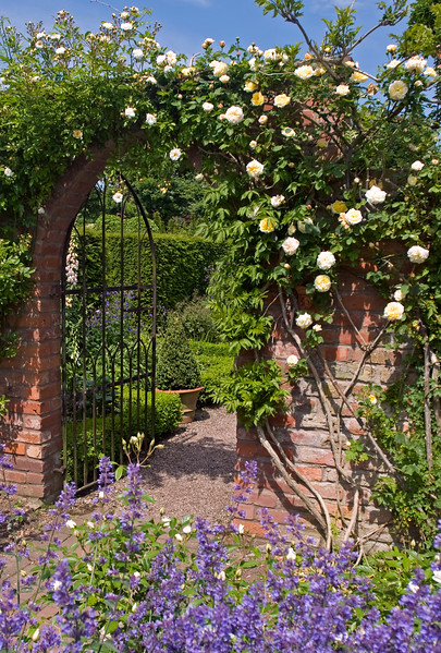 WOLLERTON OLD HALL GARDEN, SHROPSHIRE, JUNE