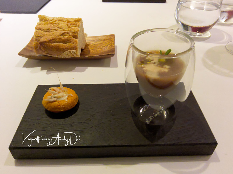 The  'hors-d-oeuvre-on-the house' comprising ONION SOUP served with a mini muffin with fried baby prawns, which was sublime! The flaky, homemade bread imbibed with the locally produced extra virgin olive oil and balsamic vinegar was a treat and served to alleviate our hunger!:-)