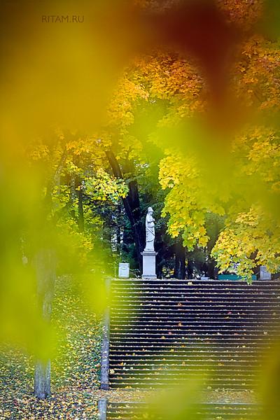 Гатчинский парк - скульптура Афины - осень