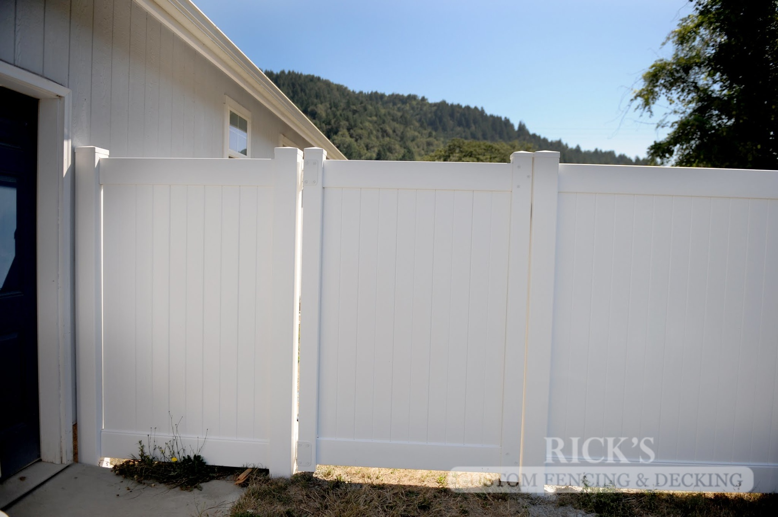 6107 - Vinyl Privacy Gate