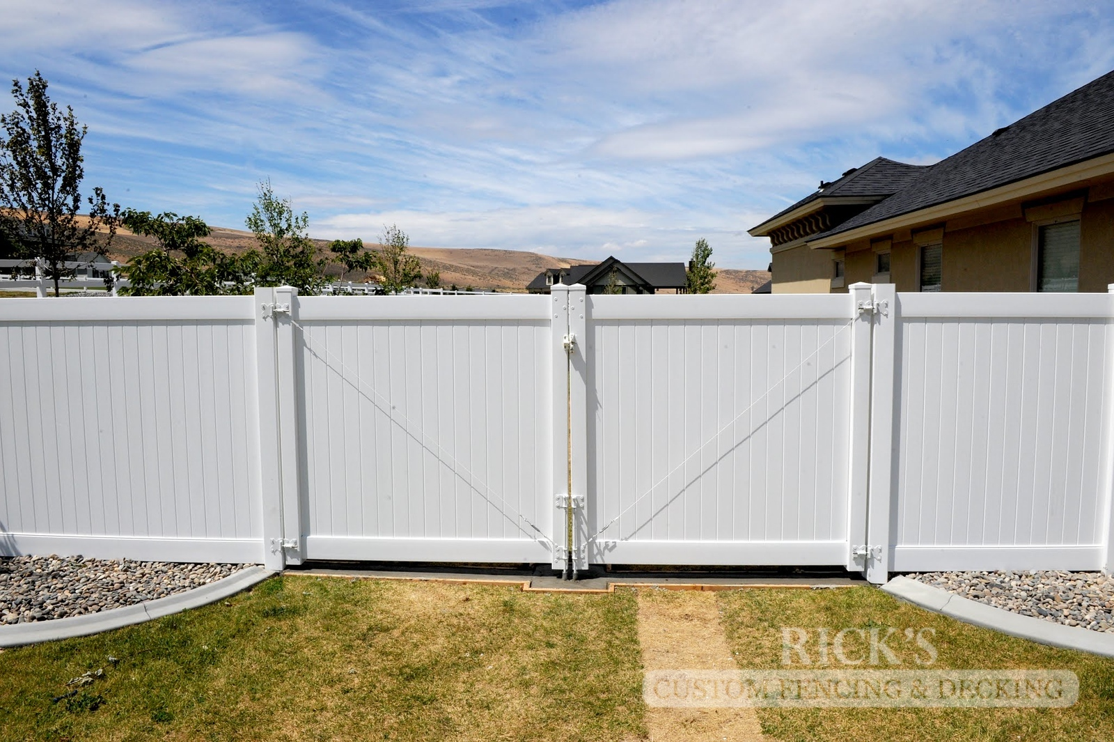 6101 - Vinyl Privacy Gate