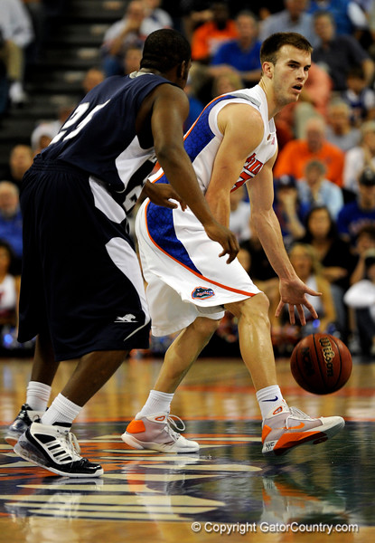 (Casey Brooke Lawson / Gator Country) UF forward Nick Calathes moves the ball past a Longwood player during the first half of the Gators games against Lancers in Gainesville, Fla., on January 6, 2009.