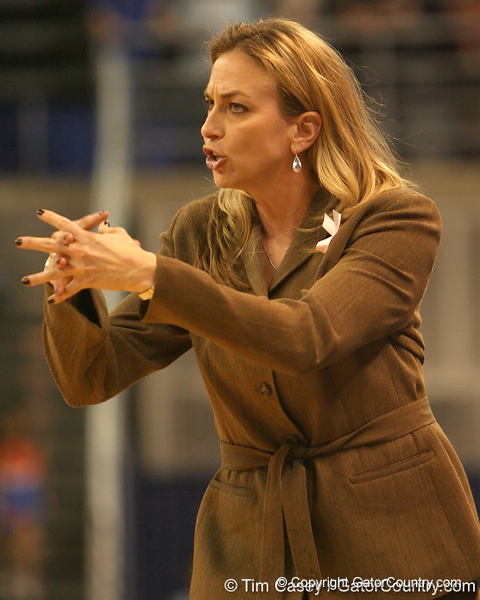photo by Tim Casey<br /> <br /> Florida head coach Amanda Butler tells her team to huddle during the Gators' 75-54 win against the Mississippi Rebels on Sunday, January 25, 2009 at the Stephen C. O'Connell Center in Gainesville, Fla.