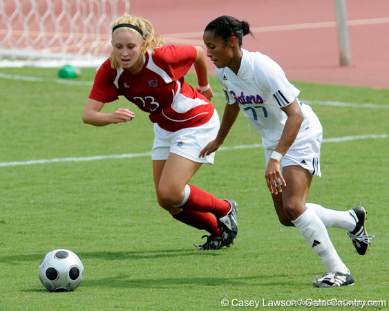 photo by Casey Brooke Lawson<br /> <br /> Florida senior midfielder/forward Ameera Abdullah moves for the ball during the Gators' 2-1 win against the Kansas Jayhawks on Sunday, September 21, 2008 at James G. Pressly Stadium in Gainesville, Fla.
