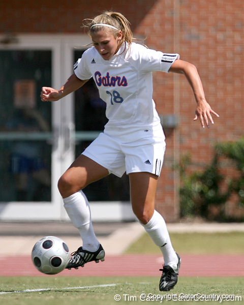 photo by Tim Casey<br /> <br /> Florida midfielder/forward Lindsay Thompson during the Gators' 5-1 win against the Tennessee Lady Volunteers on Sunday, September 28, 2008 at James G. Pressly Stadium in Gainesville, Fla.