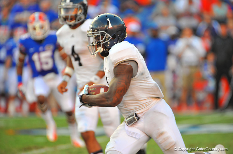 Gerogia Southern QB Jerick McKinnon gets the pitch and turns upfield.  Florida Gators vs Georgia Southern Eagles.  Gainesville, FL.  November 23, 2013.