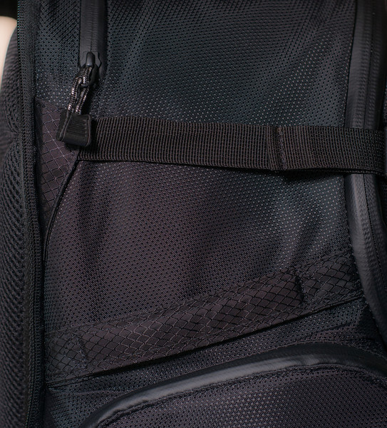 """<br><br><a href=""""http://www.tenba.com/Products/Shootout-Backpack-Medium-Black.aspx"""" target=""""_blank"""">Tenba Shootout Backpack, Medium Black  <p>Detail view of left side. Top zipper open laptop pocket,   side handle just  below and the top of the side pocket, below the hanle.</p></a>"""