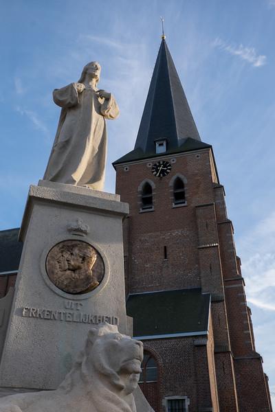 Oorlogsmonument en kerk