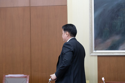 """2021 оны нэгдүгээр сарын 21. Монгол Улсын Ерөнхий сайд У.Хүрэлсүх өнөөдөр албан тушаалаасаа огцорч байгаагаа албан ёсоор мэдэгдлээ.  Мэдэгдлийнхээ дараа тэрбээр """"Ерөнхий сайддаа итгэж, намайг дэмжиж байсан нийт ард түмэндээ чин сэтгэлээсээ талархаж байна. Миний бие улс төрөөс явж байгаа юм биш. Цаашид Монгол төрийнхөө төлөө урьдын адил зүтгэнэ. Шударга ёсны төлөө, шударга шүүхтэй байхын төлөө би зүтгэнэ. Авлигатай тэмцэх газар болон бусад хууль хүчний байгууллага нэг хүнээс хараат бус байхын төлөө зүтгэнэ. Гэм зэмгүй хүнийг хууль шүүхээр шоронд хийдэг, гэсгээдэг, сонгуулийн өрсөлдөгчийг хууль хүчний байгууллага ашиглан улс төрийн зорилгоор намнадаг, улс төрчдийг айлгадаг төрийн тэргүүн байж таарахгүй.  Иймд ард түмэн анхааралдаа авч, хариуцлага тооцон ажиллана гэдэгт итгэлтэй байна. Би 2017 онд Ерөнхий сайдаар томилогдсон. Таван жил энэ эрхэм хүндтэй албыг хашлаа. Өөрөөс шалтгаалах бүх боломжит зүйлүүдийг хийж ажилласан гэж бодож байна"""" гэсэн юм.   ГЭРЭЛ ЗУРГИЙГ Б.БЯМБА-ОЧИР/MPA"""