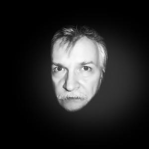 Dieses Foto ist dann mal so bearbeitet, dass ich sehr gut aussehe und interessant. Falten und Überbleibsel von Gesichtslähmung sind nicht mehr erkennbar und natürlich sehe ich nicht unbedingt wie 50 Jahre aus und ich habe dafür nur 1 Minute Zeit investiert. Ich habe es aber in Lightroom und nicht Photoshop gemacht aber ich könnte in Photoshop natürlich können Photoshop Profis noch mehr machen aber es ist nicht mein bestreben das zu tun oder zu lernen nur damit ein Faltenhund ein Gesicht hat glatt wie ein Babypopo... Was soll diese Lügerei von Singles, mit alten Fotos senden oder komplett bearbeitete Fotos, wenn sie nicht erkennbar darauf sind...im realen Leben und beim Date???