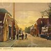 G0455 <br /> Het witte pand aan de rechter kant is in 1929 gesloopt. Na drogisterij G. Duijster 'de Hoek' en kapsalon Heemskerk is het pand nu bij supermarkt Digros getrokken. Verder garage Smit en Koppers, later Nieuwenhove en daarna M. Verschoor. Een van de huizen links werd in de oorlog en vele jaren daarna bewoond door Adr. Blom. Foto: 1923.