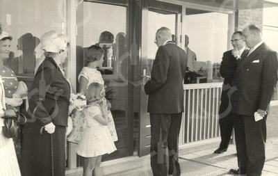 G1768 <br /> De opening van de chr. kleuterschool De Zonnebloem door wnd. burgemeester Vogelaar. De tweeklassige school stond op de toenmalige hoek van de Willibrorduslaan en de Charbonlaan. Nadat het vanaf 1985 nog enige jaren dienst heeft gedaan als dependance van basisschool De Overplaats, werd het schooltje in 1991 gesloopt. Foto: 1959.