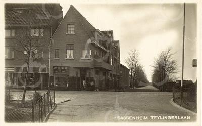 G0435 <br /> Hoek Hoofdstraat/Teijlingerlaan, gezien vanaf het begin van de Vaartkade. Op de hoek de slagerij van L. Persoon en links daarvan de manufacturenzaak van W. Noordermeer.