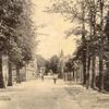 G0454 <br /> We kijken richting zuid, naar de Klapbrug. Links de toegang van de School met den Bijbel. Vervolgens 'de Kazerne' (gesloopt in 1926) en het woonhuis van de fam. Blom. Rechts op de hoek van het eerste huizenblok woonde voor en gedurende de oorlog de fam. Verhoog. Daarnaast, op de hoek van de Burchtstraat was kapper Uphoff gevestigd. Foto: 1909.