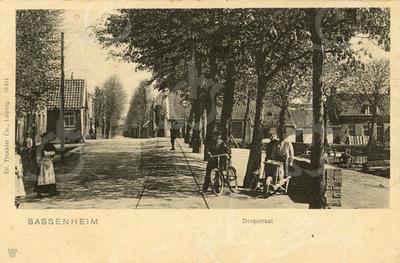 G0424 <br /> Vanuit het dorp gezicht op de Klapbrug. Linksachter het tolhuis en rechts de laad- en losplaats aan de Oude Haven. Op de achtergrond rechts gezicht op de Kastanjelaan. Foto: 1901.