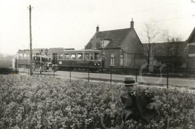 G0012 <br /> Rijksstraatweg, tussen de spoorwegovergang en de Haarlemmertrekvaart. Links het huis van de fam. J. van Dijk, Rijksstraatweg 16 met daarvóór de tram Haarlem-Leiden.Foto: ca. 1930.