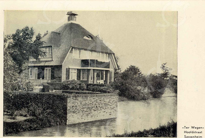 G0032 <br /> Huis Ter Wegen, gebouwd voor J. Pereboom. Jan Pereboom was een bollenkweker, die zijn bollenschuur op de Kerklaan had (later de Kunstaardewerkfabriek).<br /> In 1944 en later werd het huis bewoond door de fam. Verdegaal. Het pand staat nu pal naast het toegangshek naar het sportpark Roodemolen. Het huis is genoemd naar de vroegere buitenplaats met dezelfde naam. Foto: 1951.