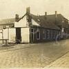 G0459 <br /> De sloop van 'de Kazerne'. Rechts van de huizen het pand van J. Blom en een stukje van de garage van Smit en Koppers. Links achter 'de Kazerne'de bollenschuur van J. Blom. Foto: 1926, op dezelfde dag genomen als foto G0458.