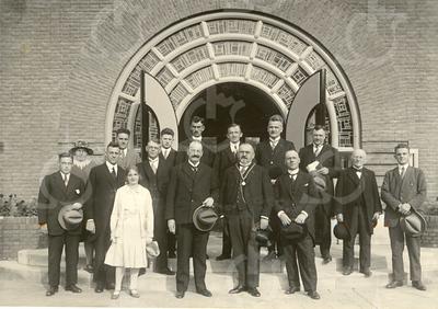 G1770 <br /> Opening op 2 september 1930 van de nieuwe Ned. Herv. School (vanaf 1970 Kompasschool) aan de Jacoba van Beierenlaan. In het midden staat burgemeester Gouverneur. Alle namen van de mensen op de foto staan op pag. 66 van Kent u ze nog … de Sassenheimers door A.M. Hulkenberg. Foto: 1930.