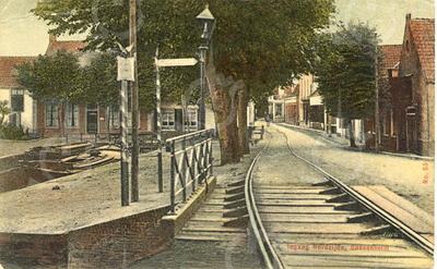 G0437 <br /> De Klapbrug met de tramrails en links de Oude Haven met laad- en losplaats. De haven werd gedempt in 1925; er kwam toen een plantsoentje met een fontein. Achter de bomen de zadelmakerij van H. de Graaff, later bewoond door de fam. G. Bemelman. In 1962 kocht de gemeente dit pand voor f 60.000,-. Foto: 1902.